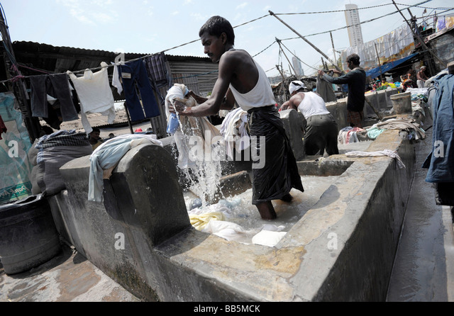A Dhobi Waller hangs out laundry to dry at d - Stock-Bilder