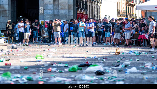 Madrid, Spain. 12th April, 2017. Supporters of Leicester City watch the altercations between Spanish police and - Stock Image