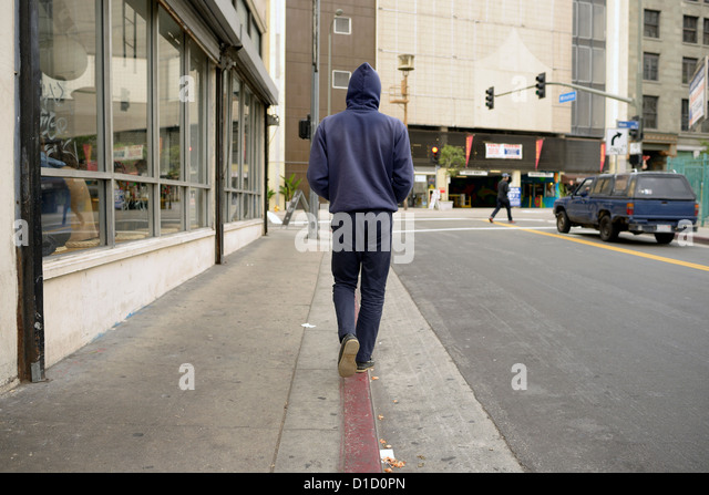 los angeles man walks kerb sidewalk - Stock-Bilder