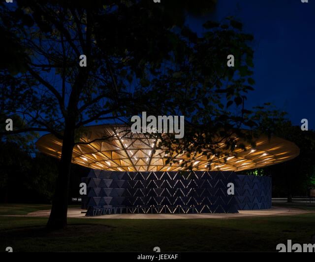 Night time view with tree and perimeter wall. Serpentine Summer Pavilion 2017, London, United Kingdom. Architect: - Stock-Bilder