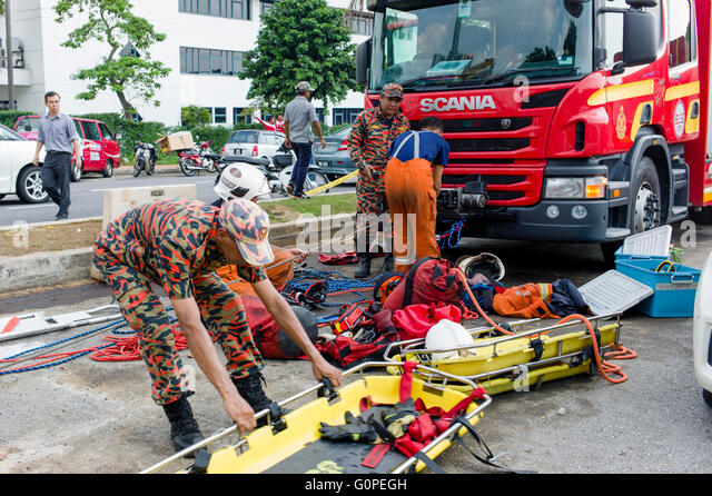 Petaling Jaya, Malaysia. 03rd May, 2016. Malaysian rescue team organizing their equipments. A car dropped into a - Stock Image