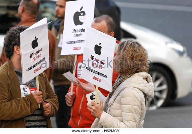 Paris, France. 22nd Oct, 2016. Dozens gather outside the Opera Apple Store in Paris on October 22, 2016 to demand - Stock Image