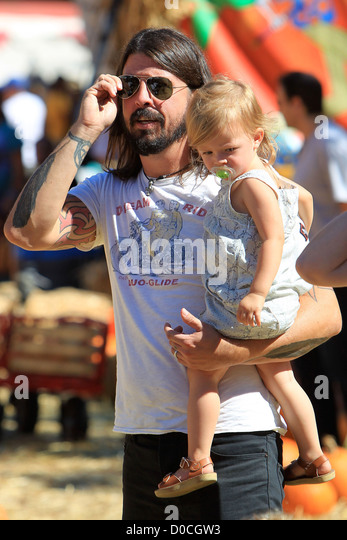 Foo Fighters and Them Crooked Vultures rocker, Dave Grohl, with his daughter Harper Willow, enjoying family day - Stock-Bilder