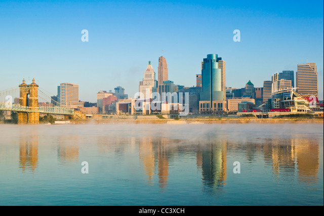 USA, Ohio, Cincinnati, Skyline with fog on the Ohio River - Stock-Bilder