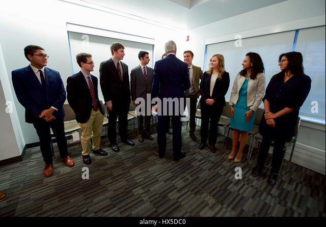 US Secretary of State John Kerry speaks with University of Chicago Institute of Politics students, October 26, 2016. - Stock Image