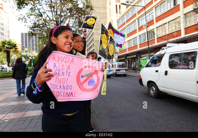 LA PAZ, BOLIVIA, 30th April 2014. Schoolchildren hold placards during No Horn Day / Dia de la No Bocina, part of - Stock Image