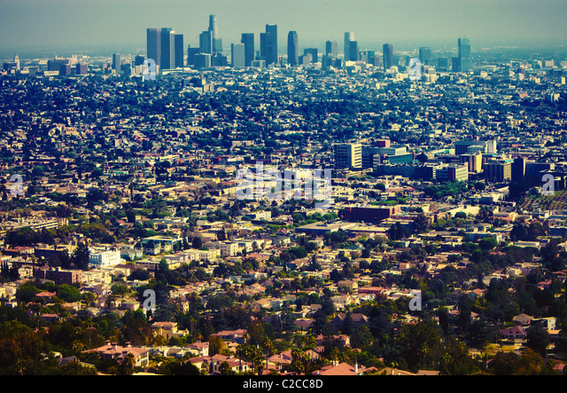 Los Angeles urban sprawl & downtown skyline as seen from a distance from scenic overlook at Griffith Observatory - Stock-Bilder