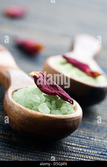 Green bath salt on wooden spoon - Stock Image