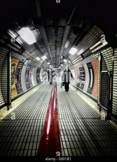 Commuters at London Underground - Stock-Bilder