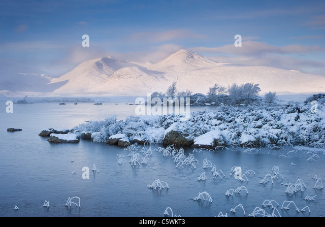 Lochan na h-Achlaise and Clach Leathad (1099 m) in winter. Rannoch Moor, Highland, Scotland, Great Britain. - Stock-Bilder