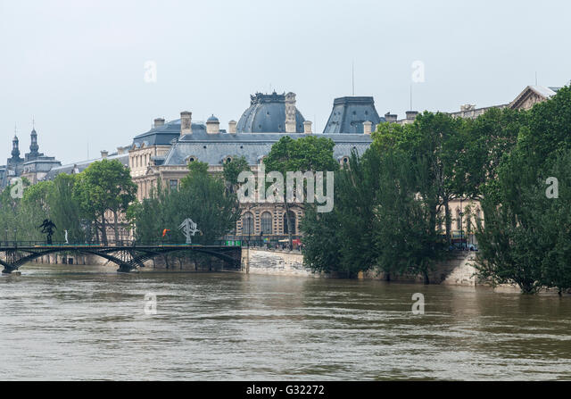 Paris, France. 06th June, 2016. Flood decrease, decrue de la Seine, Louvre, Pont des Arts,Paris, 06/06/2016 Credit: - Stock Image