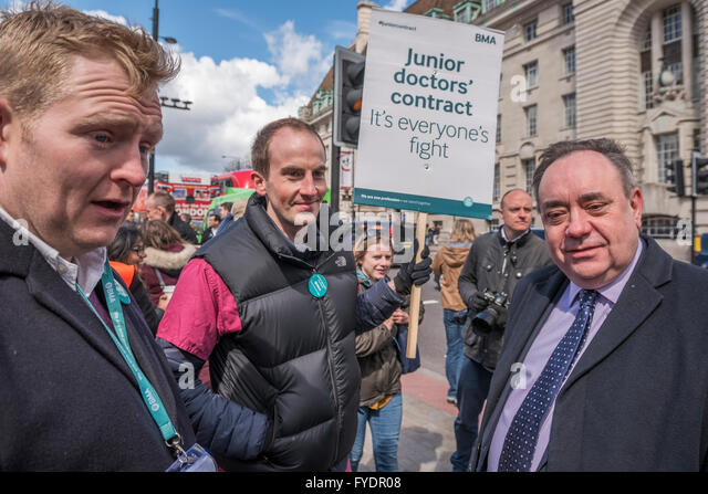 London, UK. 26th April, 2016. Alex Salmond, SNP MP, talks to doctors on his way to an appearanc eon the daily politics - Stock Image