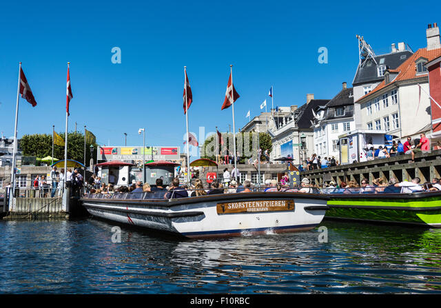 Hotels, restaurants, boats and people on the waterfront district, Nyhavn, Copenhagen, Denmark, Scandinavia, Europe - Stock Image