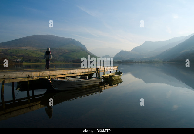 Llyn Nantlle Uchaf lake, with scarecrow, Snowdonia, North Wales, UK.  Snowdon just visible through the haze. - Stock Image