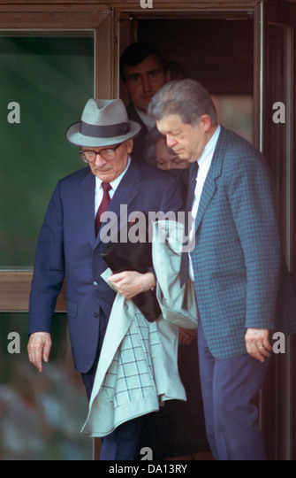 Former East German leader, Erick Honecker (hat) leaving the Chilean embassy in Moscow in 1992 - Stock Image