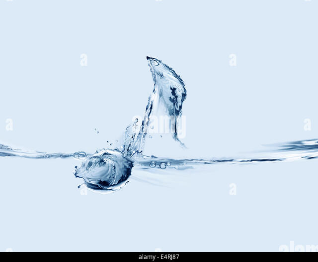 A blue musical note made of water floating on a music sheet line. - Stock-Bilder