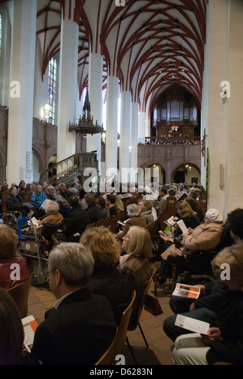 Overflow crowd in sanctuary of St. Thomas Church in Leipzig, Germany. - Stock Image