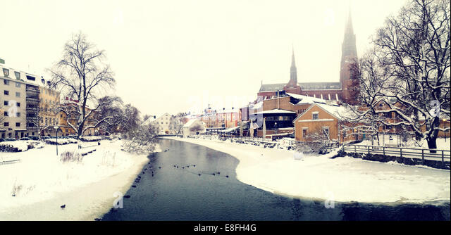 Sweden, Svealand, Uppsala, Fyris river and Uppsala Cathedral (Domkyrkan) in winter - Stock Image