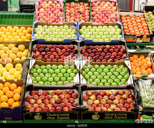 Fruit in the fruit and veg market. New Covent Garden Market, London, United Kingdom. Architect: -, 1974. - Stock Image