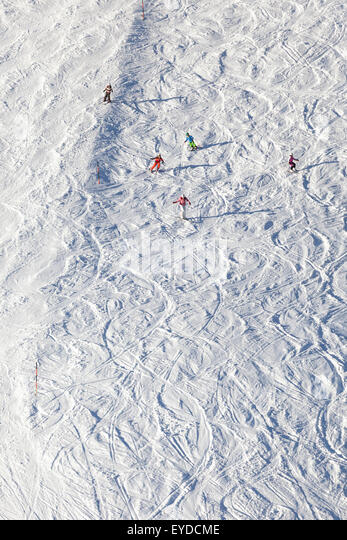 Ski holiday, Skiers carving downhill, Sudelfeld, Bavaria, Germany - Stock Image
