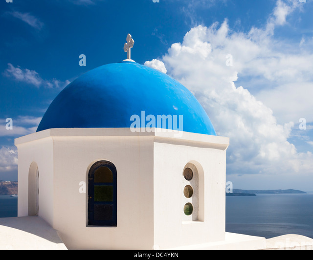 Beautiful blue domed church overlooking the Aegean Sea at Oia Santorini Greece Europe - Stock-Bilder