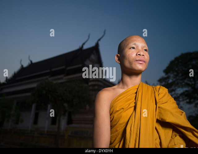 Cambodian Buddhist monk at Angkor Wat Temple at dawn, Siem Reap, Cambodia - Stock-Bilder