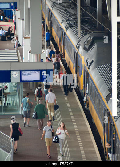 Platform with intercity train and many travelers at station Breda, the Netherlands - Stock-Bilder