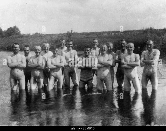 9 1916 7 0 A1 E East Fr Pic of soldiers bath Pho World War 1 Eastern Front Group picture of soldiers bathing in - Stock-Bilder