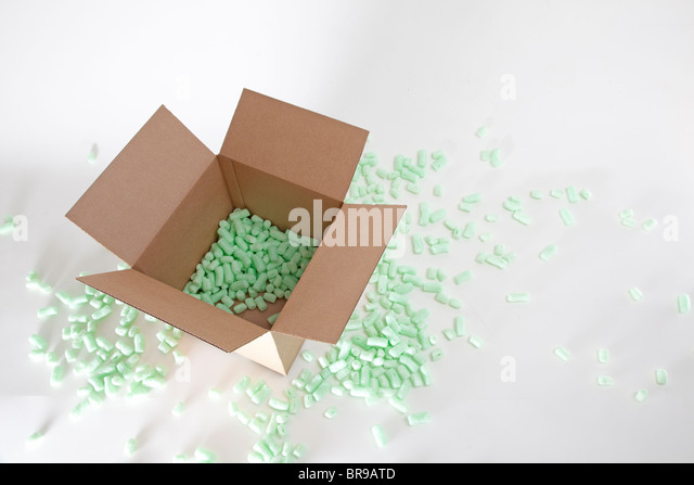 packing peanuts in cardboard box - Stock Image