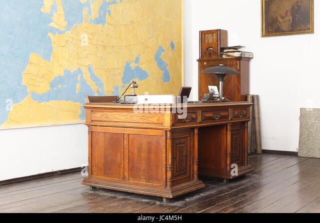 Oscar Schindlers Office Desk , Oskar Schindler´s Factory, Historical Museum of Krakow , Krakow, lesser Poland, - Stock-Bilder