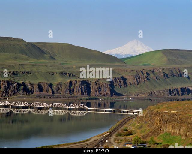 Train bridge over Columbia River with Mt Hood Near Wishram Washington - Stock Image