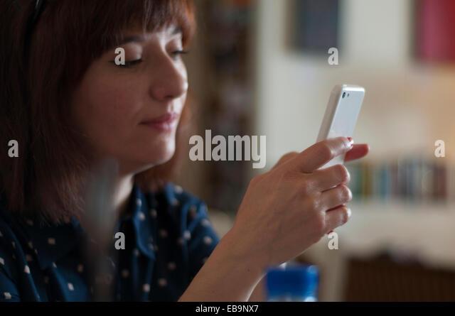Woman Using Smartphone - Stock-Bilder