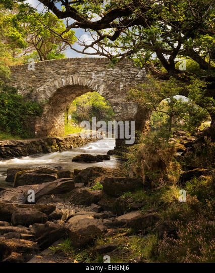 Old weir bridge. Kilanrney Lakes, Gap of Dunloe. Killarney National Park, Ireland - Stock-Bilder