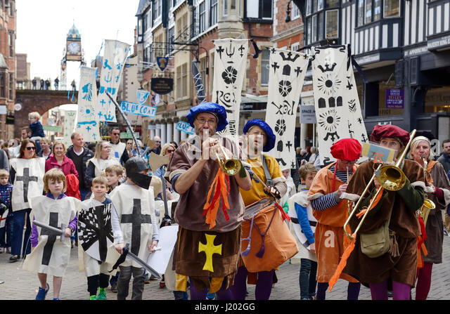Chester, UK. 23rd April 2017. The St George's day parade through the streets of Chester with a medieval street - Stock-Bilder