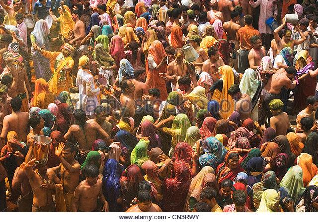 A colorful crowd of people celebrate the Holi Festival, Mathura, Uttar Pradesh, India - Stock-Bilder