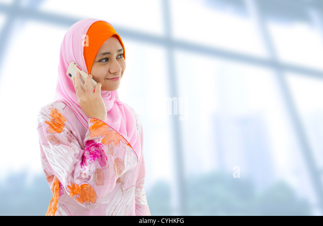 Muslim business woman on the phone, looking at side. - Stock-Bilder