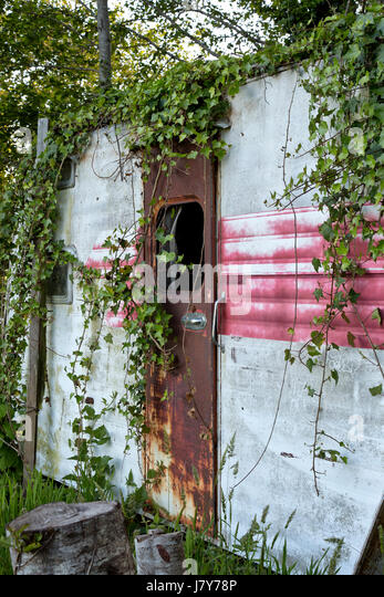 Vintage Travel Trailer  Tour-A-Home,  resting under Alder trees, shows many years of use, dating back to approx. - Stock-Bilder