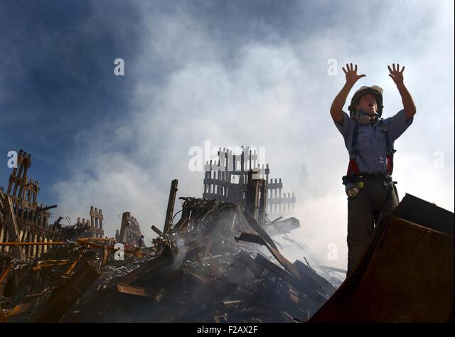NYC Fireman signals for 10 more rescue workers to come into the rubble of the Ground Zero. Sept. 15, 2001. World - Stock-Bilder