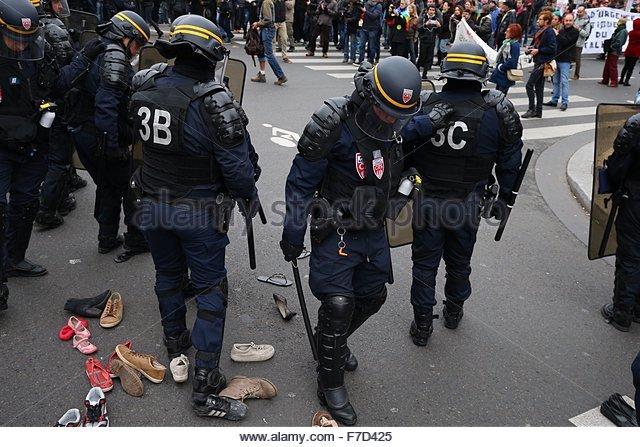 Paris-10E-Arrondissement, France. novembre 29th, 2015. FRANCE, Paris : Policemen walk on shoes before used as a - Stock Image