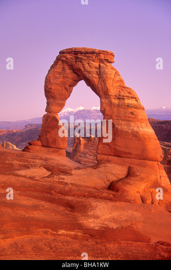 Delicate Arch at twilight with La Sal Mountains in background, Arches National Park, Utah, USA - Stock-Bilder