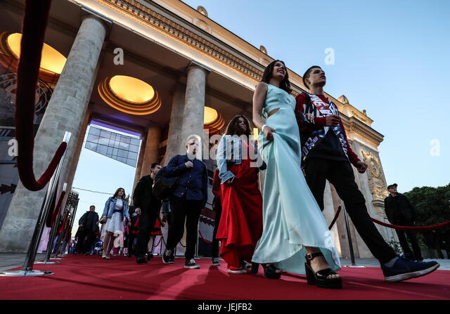 Moscow, Russia. 23rd June, 2017. School leavers walk into Moscow's Gorky Park to celebrate their graduation. - Stock Image