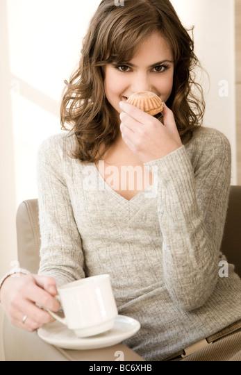 woman eating cupcakes at home - Stock-Bilder