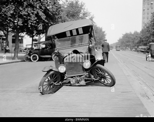 Vintage photo circa 1922 of a Ford motor car wrecked in an automobile accident in the USA. - Stock Image