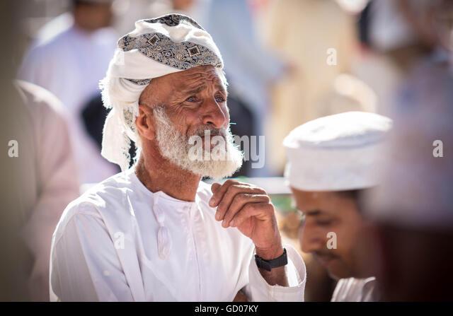 NIZWA, OMAN - APRIL 24 2015:Omani old man at the traditional market or souq in Nizwa, Oman. - Stock-Bilder