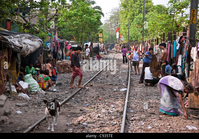 Large numbers of poor people live in shacks along railway lines on the outskirts of Kolkata. - Stock Image