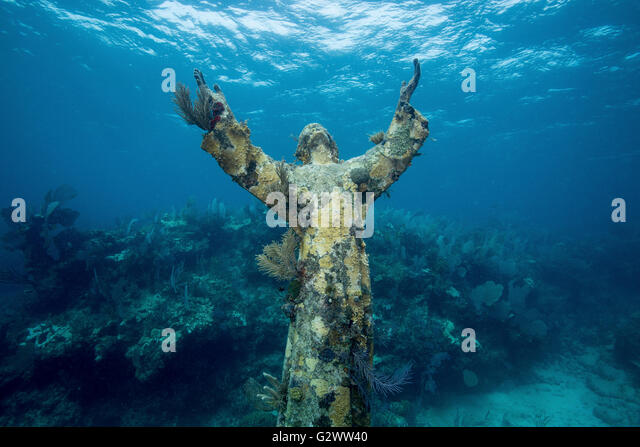 Front view of the Statue of Christ of the Abyss, reach towards the heavens from an underwater perch. - Stock-Bilder