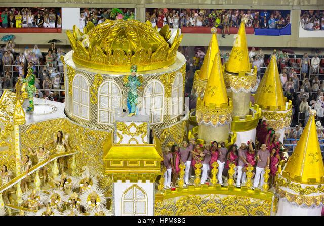 The famous samba school parade starts at Rio de Janeiro sambodromo, with the presentation of Mangueira samba school - Stock Image