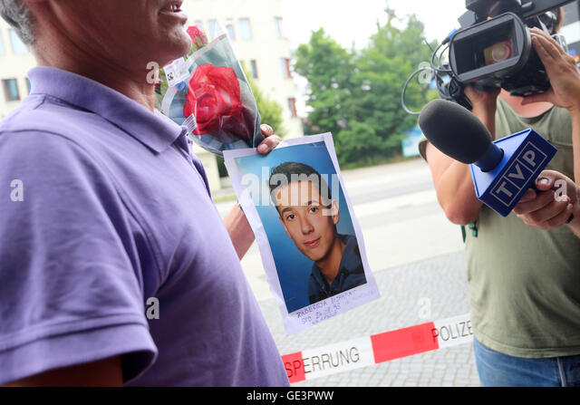 Munich, Germany. 23rd July, 2016. Naim Zabergja stands in front of the media holding a photo of his killed son Dijamant - Stock-Bilder