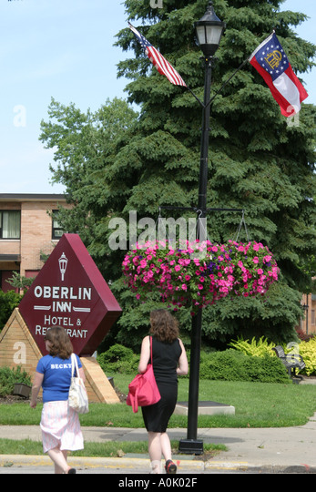 Ohio Oberlin Oberlin Inn, sign flower baskets - Stock Image
