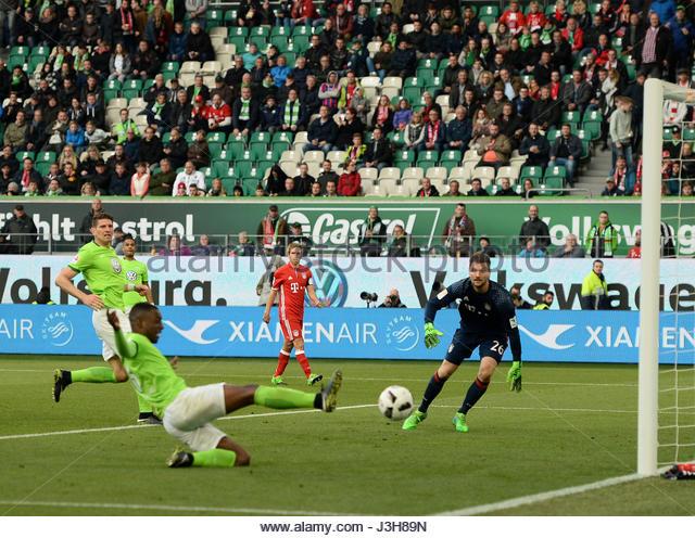 Riechedly BAZOER (VfL Wolfsburg) verpasst eine Hereingabe am langen Pfosten  Bundesliga match between VfL Wolfsburg - Stock-Bilder